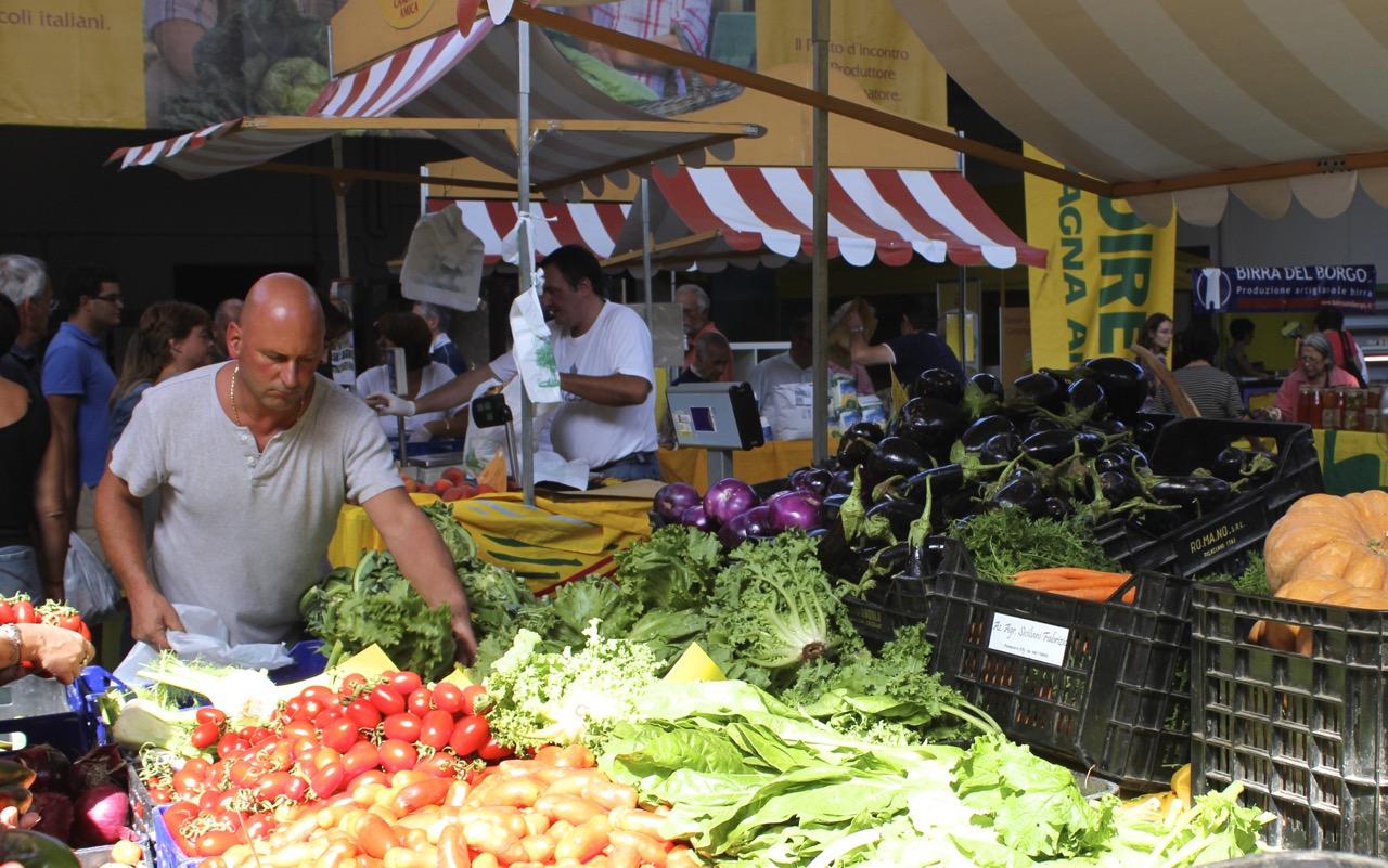 fruit vendor at campagna amica farmers market