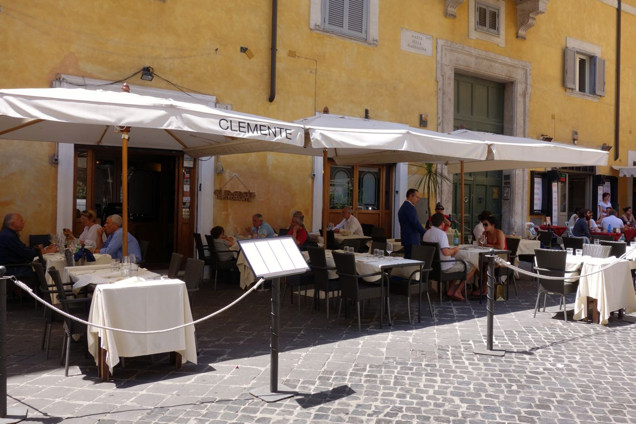 clemente alla maddalena tables outside