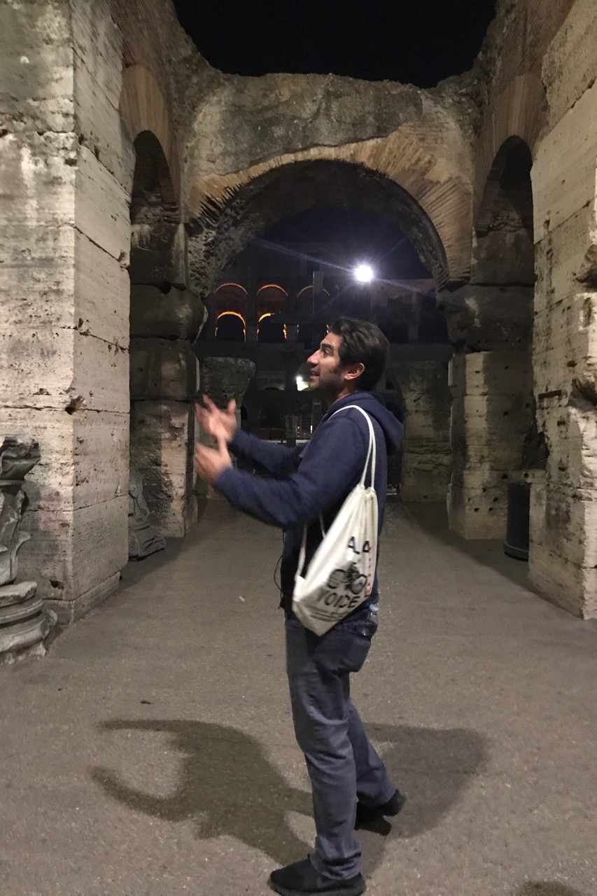 tour guide on colosseum night tour