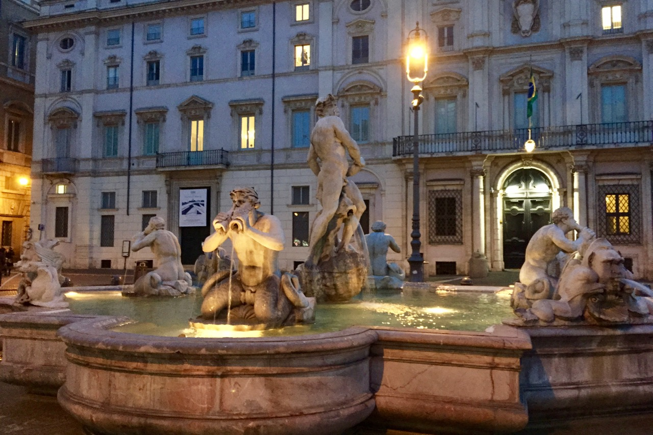 fountain in piazza navona at night