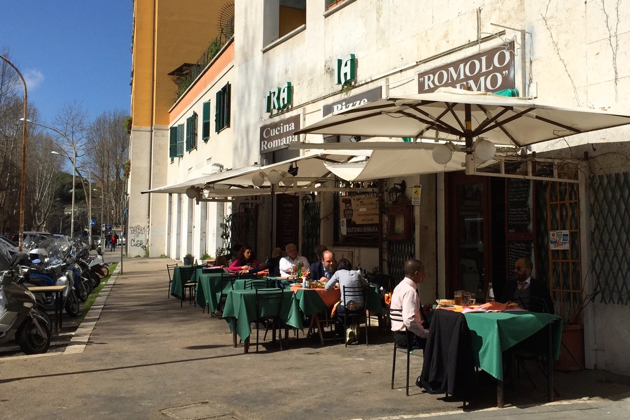 trattoria romolo e remo tables outside