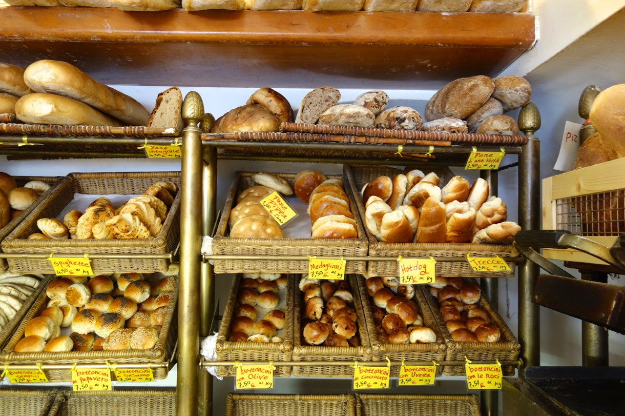 freshly baked breads at antico forno stelletta