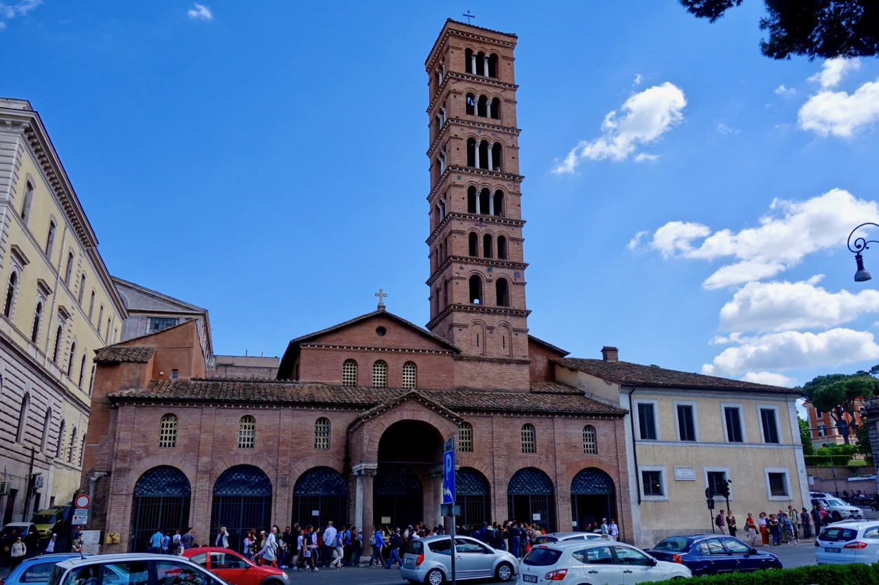 santa maria in cosmedin with huge line to see mouth of truth