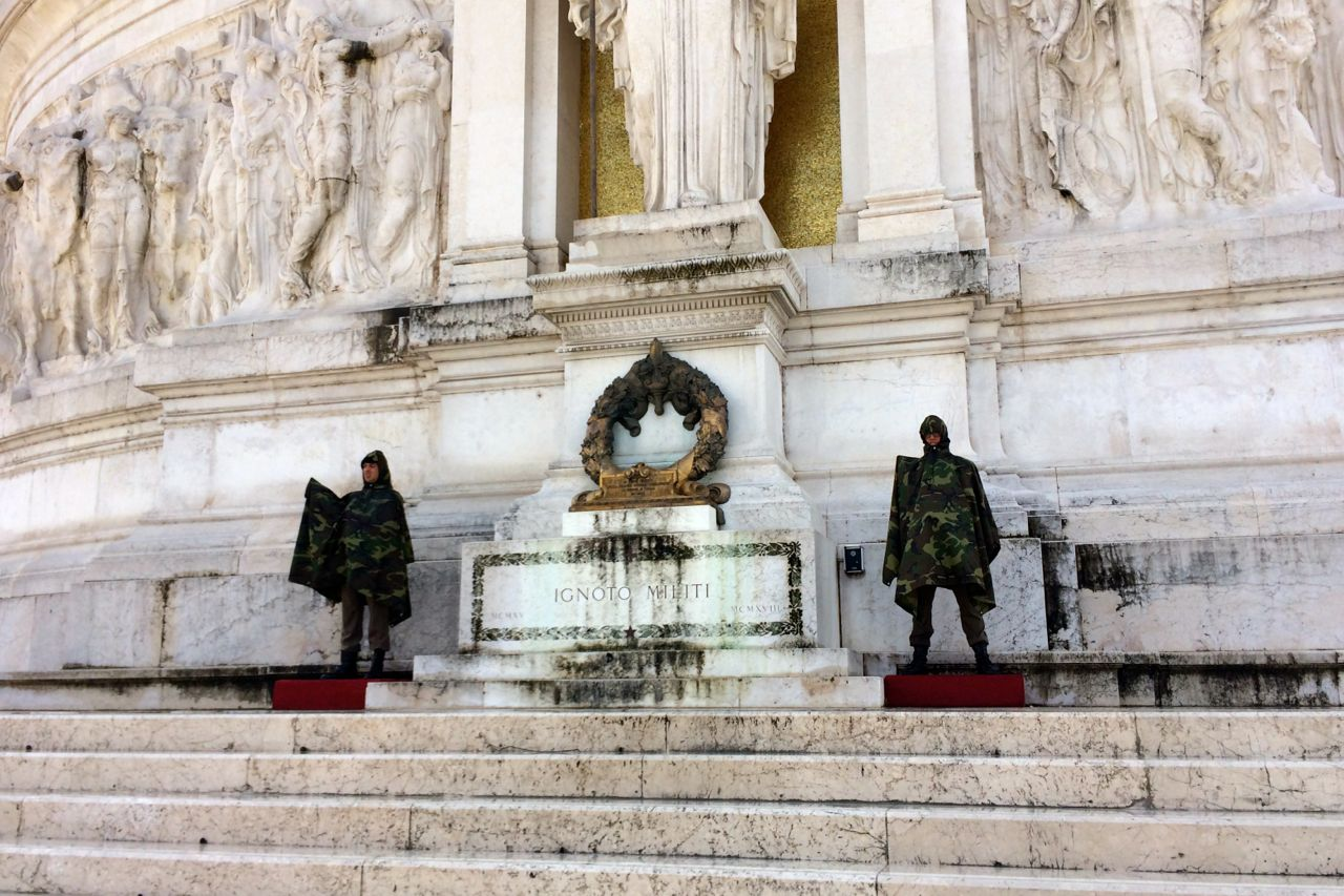 complesso vittoriano soldiers in the rain