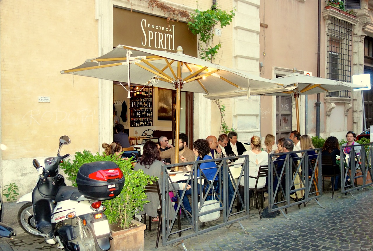eating outside at night in may in rome